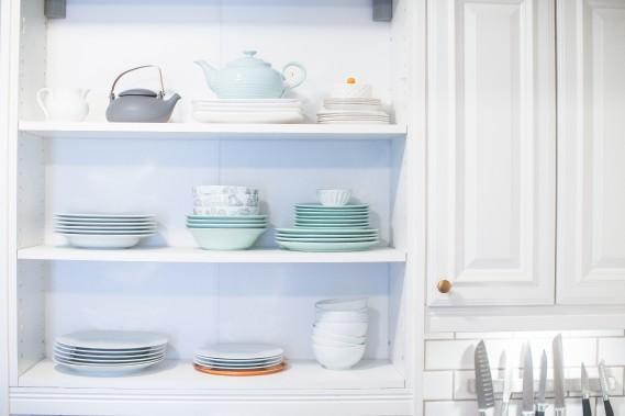 Exit les portes: Pour un look moins massif et plus aéré, Emily a retiré la porte de certaines armoires de la cuisine, exposant ainsi sa vaisselle colorée. (PHOTO OLIVIER PONTBRIAND, LA PRESSE)