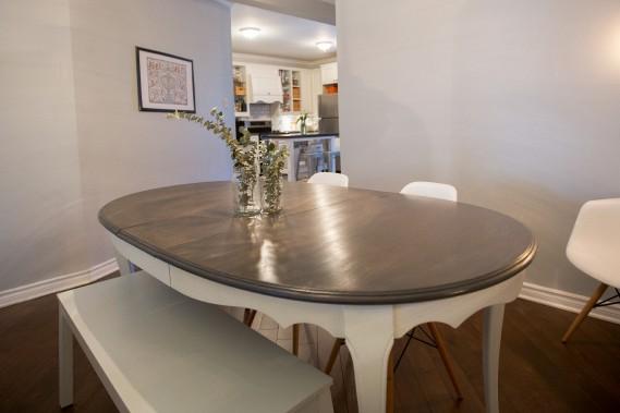 Salle à manger: La table de la salle à manger vient de chez IKEA, mais Emily l'a repeinte. La cuisine, le salon et la salle à manger sont à aire ouverte, ce qui agrandit l'espace. «On a aussi repeint tous les murs. J'aime les couleurs neutres et calmes», dit-elle. Les chaises viennent de chez Structube. (PHOTO OLIVIER PONTBRIAND, LA PRESSE)