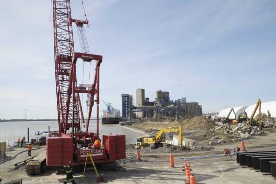 Différentes grues sont actuellement sur le chantier du port de Trois-Rivières. (Sylvain Mayer, Le Nouvelliste)