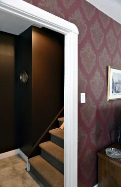 Ayant enlevé préalablement cinq couches de papier peint, Sonya et Daniel ont tout de même décidé de recouvrir ce mur du salon... avec du papier peint. (Le Soleil, Patrice Laroche)