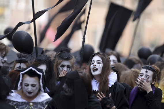 Quatre-cent pleureuses et pleureurs, tous volontaires, ont formé un cortège funèbre symbolique dans les rues de Gdansk, en Pologne,pour marquer l'anniversaire de la mort de Shakespeare. (Photo AFP, Piotr Wittman)