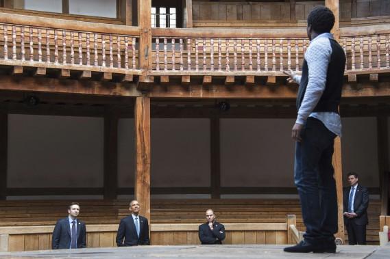 Le président Obama assiste à une générale au Globe de Londres.La réplique du théâtre construit en 1599 où plusieurs des 37 pièces de Shakespeare ont été créées, présente des activités spéciales pour l'anniversaire de sa mort. (Photo AFP, Jim Watson)