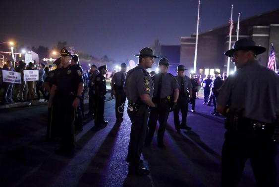La police monte la garde entre les partisans et les opposants de Donald Trump à Harrisburg. (AP, Chris Dunn)