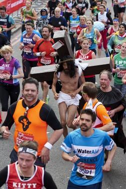 Un coureur déguisé en Jésus Christ (AFP, Niklas Halle'n)
