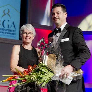 Le prix Micro-entreprise de l'année a été donné à Luc Bessette, de Patrimoine HollisWealth. C'est Angela Spicer, directrice des évènements corporatifs chez Event Design, qui a remis le prix au lauréat. (Martin Roy, LeDroit)