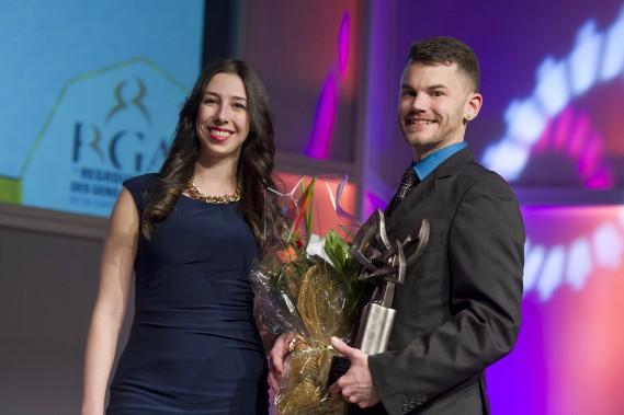 Le prix Jeune entrepreneur de l'année a été remis à Francis Meunier, associé chez Le fou des noix. C'estChantal Bergeron, porte-parole de l'équipe du cabinet comptable Logan Katz, qui lui a remis le prix. (Martin Roy, LeDroit)