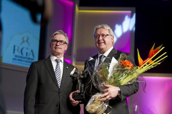 Le prix Entrepreneur de l'année a été donné àJacques Brunet, président et fondateur de Michanie Construction (à droite). Le prix lui a été remis parRobert Héroux directeur du centreDesjardins Entreprises - Ottawa et Est de l'Ontario. (Martin Roy, LeDroit)