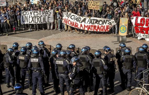 Manifestants et policiers à Lille (AFP, Philippe Huguen)