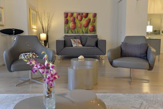 Le coin-vivoir est dominé par une oeuvre de Lorraine Boudreault et par un charmant canapé qui devient un lit quand on abaisse ses accoudoirs. (Le Soleil, Pascal Ratthé)