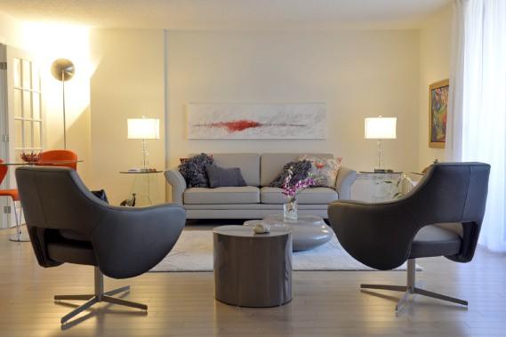 Les occupants se sont départis de la plupart de leurs meubles d'acajou afin d'acheter du mobilier contemporain. Carmen a peint elle-même la toile au-dessus du canapé. (Le Soleil, Pascal Ratthé)