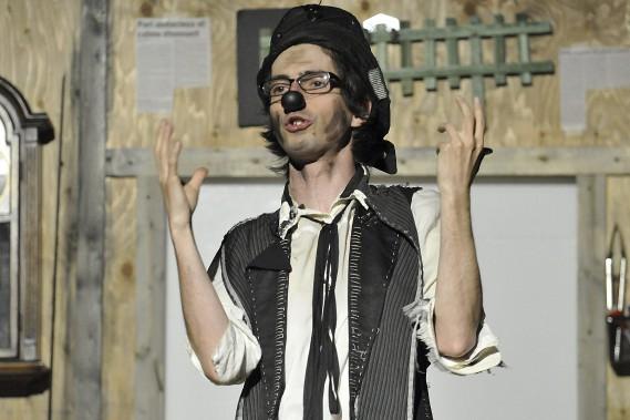 C'est Diogène qui anime le documentaire servant de toile de fond à <em>L'enterrement de Grossomodo</em>, la nouvelle pièce des Clowns Noirs. (Photo Le Quotidien, Rocket Lavoie)