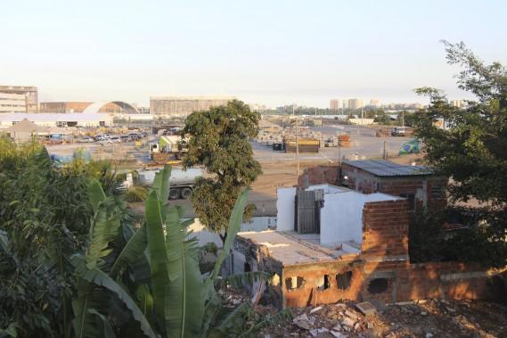 Ruine de Vila Autodromo. Le chantier du parc olympique de Barra est visible à l'arrière. (Collaboration spéciale Guillaume Piedboeuf)