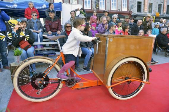 Accompagné de leur monture, les candidats ont été jugés et conseillés par le styliste Justin Bellavance et l'historien et artiste du vélo, Pierre Bernier. (Le Soleil, Jean-Marie Villeneuve)