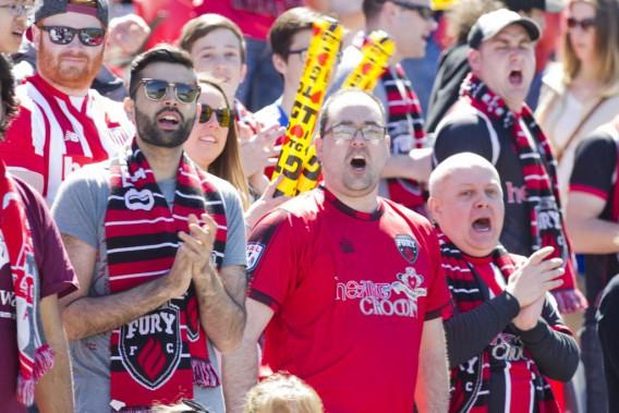 Les 7023 partisans présents pour le premier match local de la saison ont encouragé sans relâche le Fury. (Martin Roy, LeDroit)
