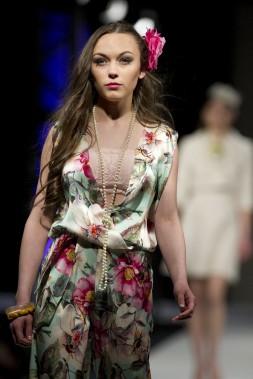 Défilé de l'Académie de mode Richard Robinson 2016. Une création de Sandrine Desjourdy, étudiante de 2e année. Elle est la récipendaire du prix Dessinateur de mode 2e année. ()