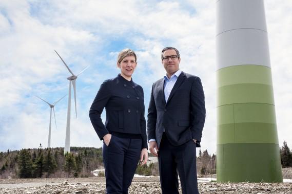 Les associés Aude Godfroy et Sébastien Vilder de Blakes, devant les éoliennes du Groupe Boralex (Éoliennes Frampton S.E.C.) (Crédit photo : MANNY)