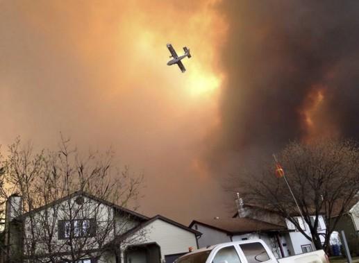 Les équipes d'incendie semblaient avoir fait des progrès pour maîtriser l'incendie, qui a pris naissance la fin de semaine dernière, mais les perspectives se sont assombries rapidement, mardi. (PHOTO KITTY COCHRANE, PC)