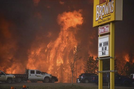 Un mur de feu avance sur Fort McMurray, en Alberta. (PC)