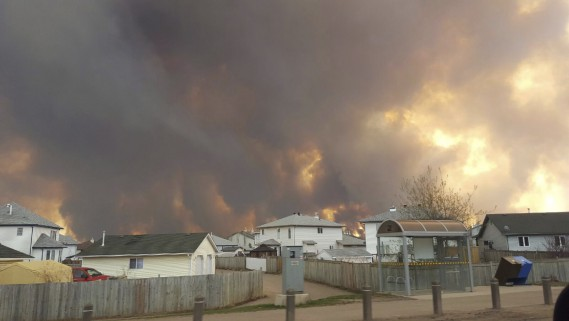 Jusqu'à maintenant, l'incendie qui ravage Fort McMurray a détruit quelque 1600 bâtiments et forcé l'évacuation de 80000 personnes. (AP, Mary Anne Sexsmith-Segato)