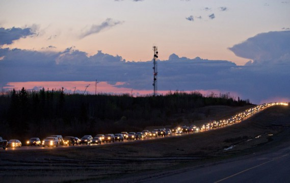 Les flammes qui ont envahi Fort McMurray mardi après-midi ont forcé l'évacuation de 80000habitants. (PHOTO JASON FRANSON, PC)