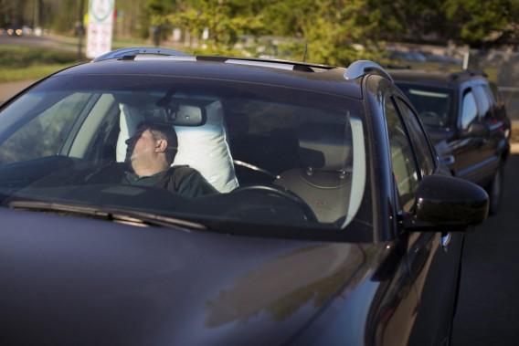 Un résidant qui a fui Fort McMurray dort dans sa voiture une fois arrivé à Anzac, assez loin des flammes pour le moment. (PHOTO TOPHER SEGUIN, REUTERS)