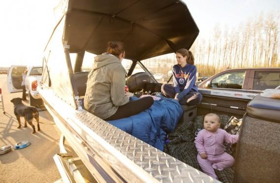 Une famille a utilisé son bateau comme lieu de refuge qu'elle a eu le temps d'apporter dans sa fuite. (JASON FRANSON, PC)