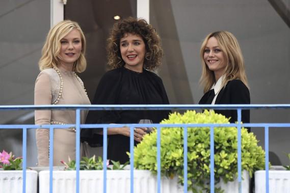 Les membres du jury Kirsten Dunst, Valeria Golino et Vanessa Paradis se détendent après leur arrivée à Cannes, mardi. (AFP, Anne-Christine Poujoulat)