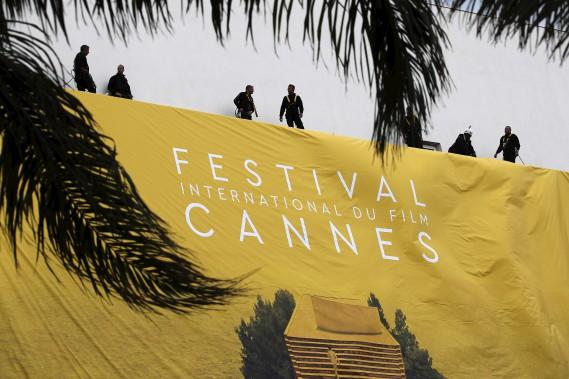 Des ouvriers s'affairent sur l'édifice du Palais des Festivals, à Cannes, mardi. (AFP, Valery Hache)