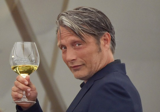 L'acteur danois Mads Mikkelsen a pris le temps dese désaltérer, mardi. (AFP, Loïc Venance)