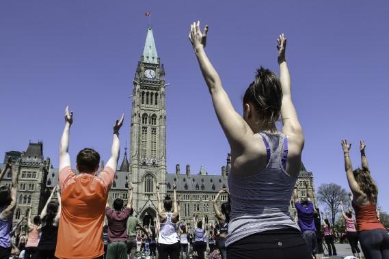 Des milliers d'adeptes du yoga se réunissentà chaque mercredisur la colline du Parlement, à Ottawa. (Patrick Woodbury, LeDroit)
