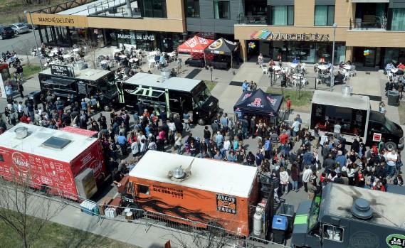 Onze camions de cuisine de rue étaient réunis au Marché public de Lévis. (Le Soleil, Erick Labbé)