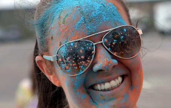 Près de 7000 coureurs ont été barbouillées de la tête aux pieds, rose, bleu, vert, samedi matin à la course Color Me Rad à ExpoCité. (Le Soleil, Erick Labbé)