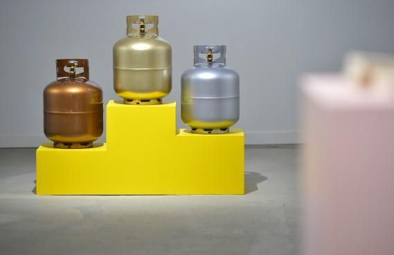 «3 rondes-bosses sur podium jaune» de Doyon-Rivest (Le Soleil, Yan Doublet)