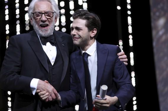 Xavier Dolan a reçu son prix des mains de l'acteur canadien et membre du jury Donald Sutherland. (AFP, Valery Hache)