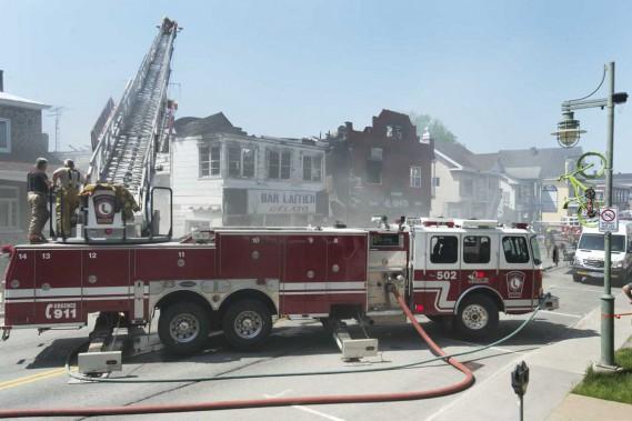 L'incendiea touché trois bâtisses, jeté cinq personnes à la rue et causé des dommages dépassant assurément le million de dollars. (Sylvain Mayer, Le Nouvelliste)