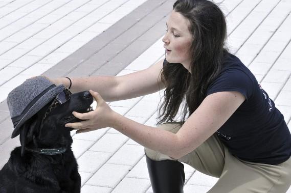 Enyo le chien acrobate a bien voulu porter un chapeau et des lunettes, au plaisir des personnes réunies à la Place du Citoyen, dans le cadre de la conférence de presse annonçant le retour d'un spectacle équestre au Site de la Nouvelle-France. (Photo Le Quotidien, Rocket Lavoie)