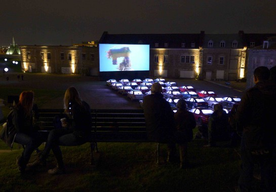 3. <i>LES PROJECTIONS À COURT TERME.</i>Par Doyon-Rivest: ciné-parc incongru où un film poétique défile devant une trentaine de voitures. (Au champ de parade) (Le Soleil, Yan Doublet)