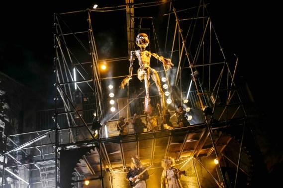 4. <i>MACHINERIES.</i>Par Pierre Robitaille, assisté de Vano Hotton: des danseurs doublés de marionnettes géantes recréent un monde industriel inspiré de <i>Metropolis</i>. (Au parc de l'Artillerie) (Renaud Philippe)