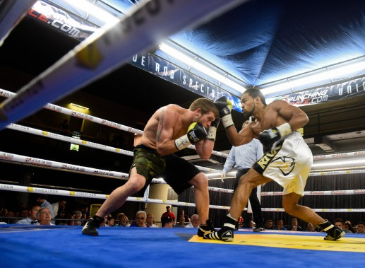 <span>Jordan Balmir a offert une leçon de boxe à L.T. Nelson en le terrassant de coups pendant quatre rounds largement à son avantage. Il a finalement obtenu le K.-O. Au quatrième round.</span> <!--EndFragment--> (Photo: Francois Gervais)