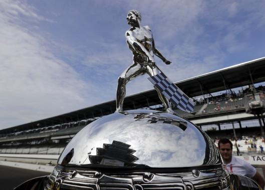 Le trophée Borg-Warner du 500 milles d'Indianapolis (AP, Darron Cummings)