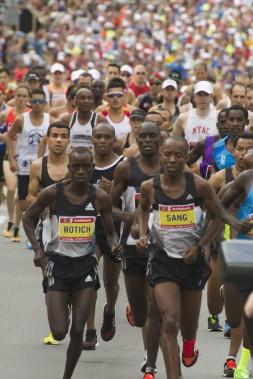 Le départ du marathon a été donné dimanche au petit matin. (Martin Roy, LeDroit)