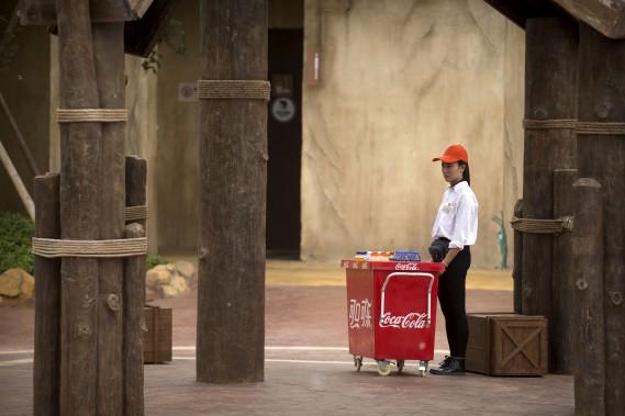 Un vendeur de boissons fraîches dans le parc Wanda (AP, Mark Schiefelbein)