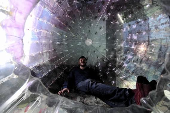 Un visiteur prend une pause dans un ballon géant du Projet de maisons économiques au pavillon de l'Angleterre. (AFP, VINCENZO PINTO)