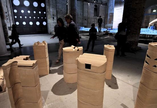 Les visiteurs admirent les reproductions de tours d'habitation réalisées à Tirana (Albanie) par la firme d'architectes belges 51N4E. (AFP, VINCENZO PINTO)