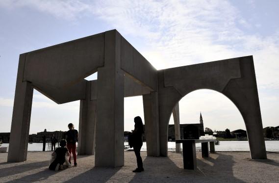 La construction d'un logement digne pour les migrants, les sans-abri ou les plus démunis est l'un des thèmes retenus par les architectes, dont le BelgeAlexander D' Hooghe (AFP, VINCENZO PINTO)