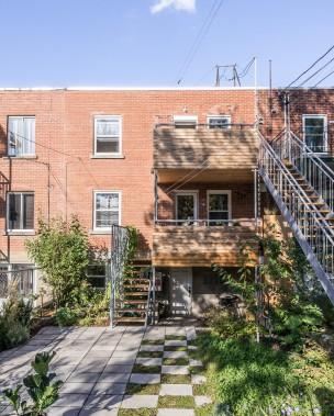 Laurent McComber et Pascale Barrette-Brisson ont acquis leur duplex en 2004. Le couple et ses deux enfants occupent l'appartement en copropriété, situé au rez-de-chaussée. Notez: les deux grands balcons de cèdre jouxtent la cuisine de chaque étage. (PHOTO RAPHAËL THIBODEAU, FOURNIE PAR L. MCCOMBER)