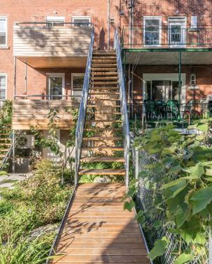 La famille apprécie son entourage. D'où cette ouverture sur le voisinage. Au premier plan, on aperçoit le trottoir de bois et l'escalier qui mènent au balcon du voisin à l'étage, second copropriétaire du duplex. (PHOTO RAPHAËL THIBODEAU, FOURNIE PAR L. McCOMBER)
