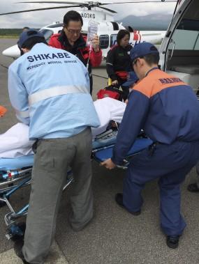 Des secouristes transportent le garçon dans une civière. (AFP)