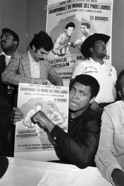 Muhammad Aliavec son poster dechampion du monde des poids lourds en1974. (Photo Archives AFP)