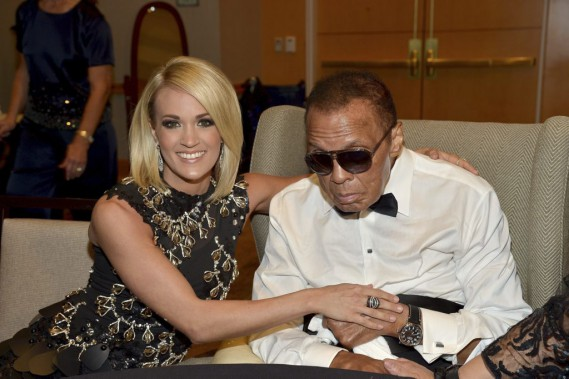 Muhammad Ali en avril 2016 lors de la cérémonie Celebrity Fight Night Award, avec Carrie Underwood. (PHOTO CHARLEY GALLAY, AFP / GETTY IMAGES)